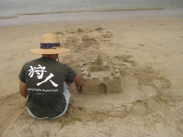 砂浜でお城を作る、モンハンのTシャツ着た旦那