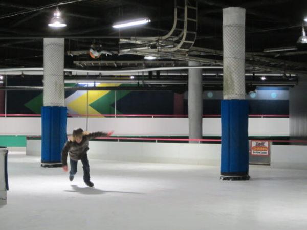 スペースワールドのアイススケート場で、滑って転ぶ瞬間の旦那