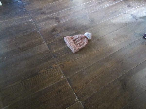 古民家の床に落ちたお気に入りの帽子