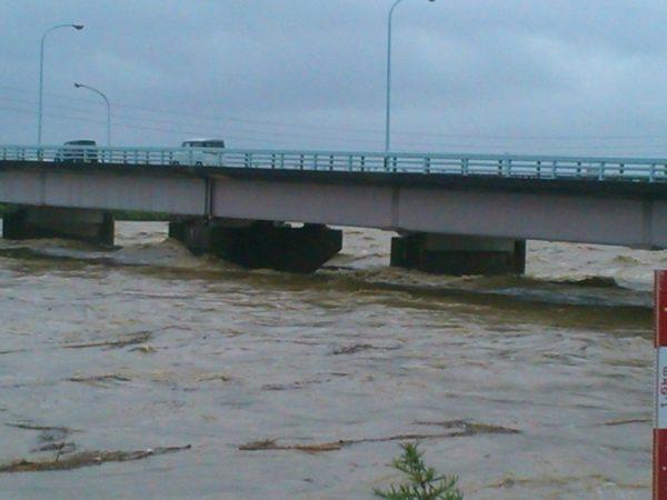 西日本豪雨災害、近くの一級河川、橋げたに水がせまる