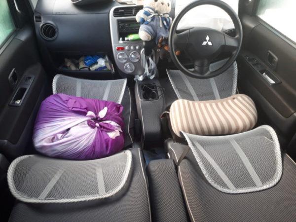 フラットにならない車で、ちょっとでも快適に車中泊する為の工夫