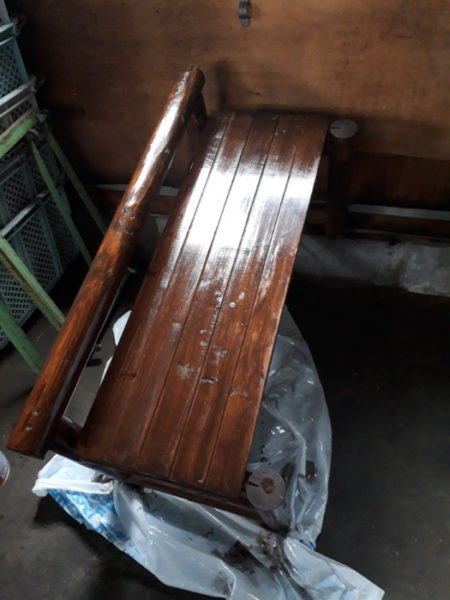 木製ベンチに腐食防止の塗料を塗る