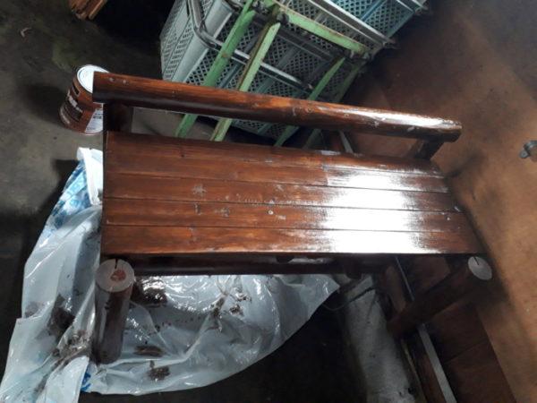 木製ベンチに自分で腐食防止の塗料塗る