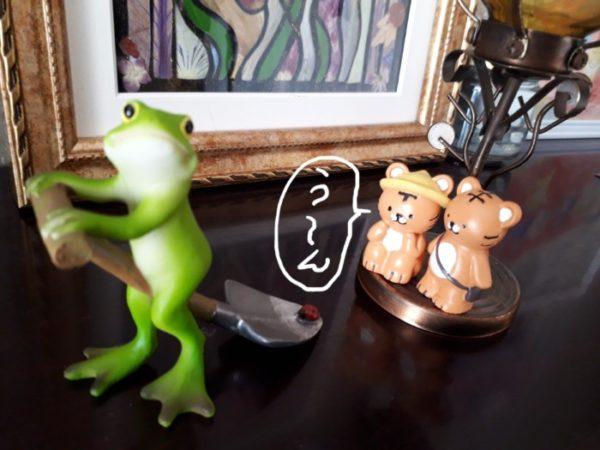 『野グ◯しながら、カエルさんがまたがるシャベルにとまってるてんとう虫を眺めるトラさん(旦那っぽい)と、それに寄り添うトラさん(ぷっこっぽい)』