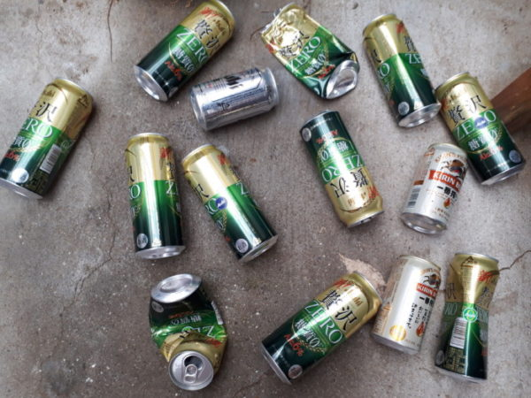 散らかったビール缶