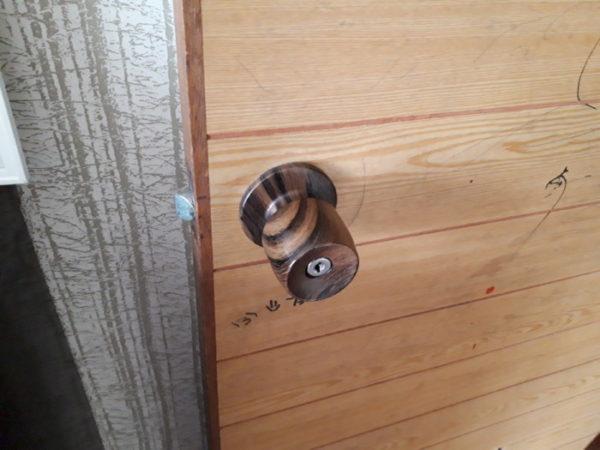 両手に荷物を持ったまま、ドアの開閉ができるようにドアノブを交換してみた(旦那が)。