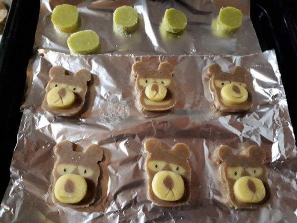 缶に入ったクマと猫のクッキーを手作り