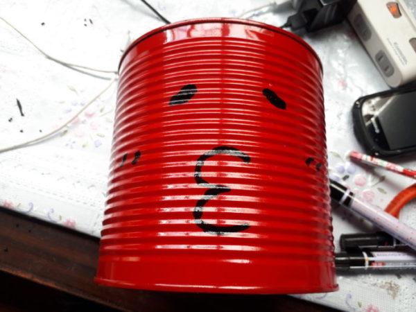 業務スーパーの巨大トマト缶の空き缶をリメイクして、カオスなプランターにしてみた