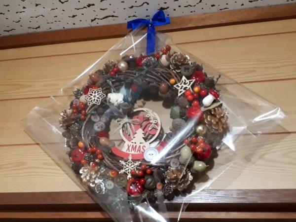 楽天市場で人気のクリスマスリースを、100円ショップ(ダイソー&セリア)商品で再現したくて、DIYしてみたよ。