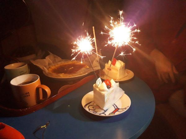 お家でケーキに花火さしてフォトジェニックな誕生日ケーキ
