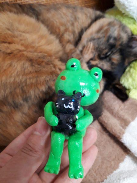 ダイソーの紙粘土でカエルと猫の置物作ってみました。ディスプレイケース入り