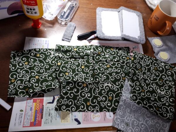 旦那のスマホ(Xperia8)の手帳型ケースをダイソー商品でDIY。100円商品、猫型