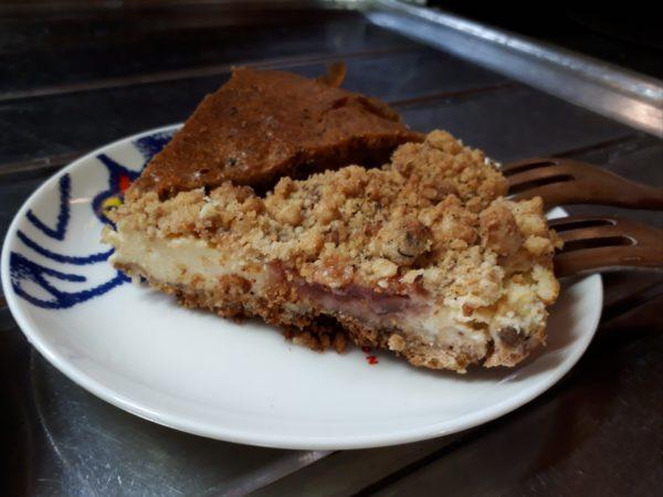 自家製スモモジャムで、クルミ入りクランブルチーズケーキと紅茶パウンドケーキ作ってみた