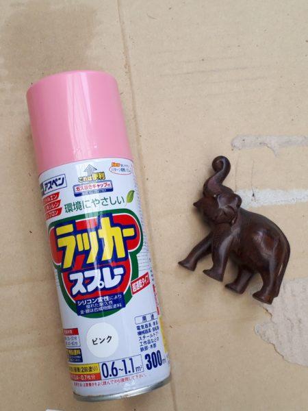 インド土産?の木彫りの象をピンクに塗装してみる